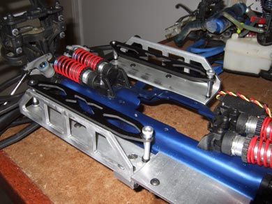 Battery tray mounted on the chassis with Xray battey straps